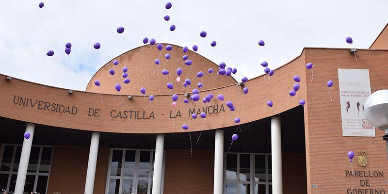 Los estudiantes de la UCLM protagonizan una suelta de globos en el Día Internacional de la Mujer