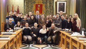 Mariscal recibe a un grupo de jóvenes voluntarios italianos que participan en un proyecto de movilidad europea