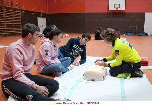 Profesionales de Urgencias, Emergencias y Transporte Sanitario de Guadalajara forman a alumnos de Bachillerato en técnicas de RCP y manejo de desfibriladores