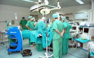 El PP exige a Page que homologue el salario de los profesionales sanitarios de la región con los del resto de España
