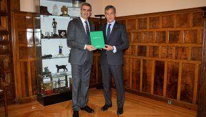 El presidente de la Diputación de Toledo recibe la Memoria Anual de Caja Rural Castilla-La Mancha