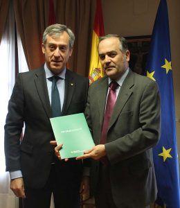 Gregorio recibe el Informe Anual correspondiente al ejercicio 2017 de Caja Rural Castilla-La Mancha
