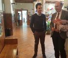 José Manuel Latre visita la exposición fotográfica con motivo de la XX Semana Solidaria del Colegio Maristas