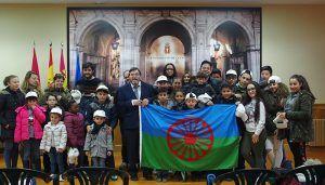 José María Martínez recibe a un grupo de niños para celebrar el Día Internacional del Pueblo Gitano