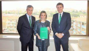 La alcaldesa de Toledo recibe la Memoria Anual de Caja Rural Castilla-La Mancha