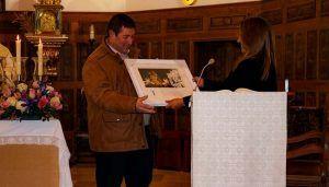 La Hermandad del Bautismo homenajea a su Secretario saliente durante la Misa de Acción de Gracias de la Procesión del Perdón