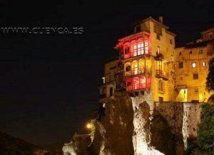Las Casas Colgadas se iluminarán este fin de semana con los colores de la bandera del Pueblo Gitano