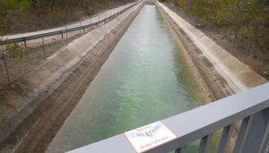 Los ribereños se preguntan si es normal que vaya más agua por el trasvase que por el propio río