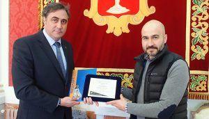 Mariscal entrega a Rubén Navarro el primer premio del Concurso de Cerámica de Cerreto Sannita