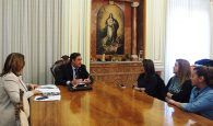 Mariscal pide a la Junta de Comunidades que suscriba cuanto antes el convenio para la reparación de la pista deportiva que usan los alumnos del Colegio Federico Muelas