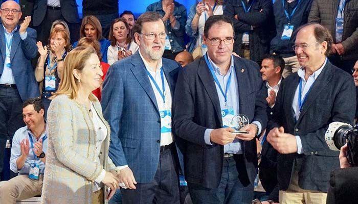 Prieto recibe el galardón de la mano del presidente Rajoy, junto a Pastor y Escudero