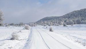 Varios camiones quedan atrapados por la nieve en la A-40, a la altura del puerto de Cabrejas en Cuenca