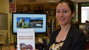 Dos técnicos de la red de Bibliobuses de Guadalajara recogen en un libro las tradiciones de la provincia en torno a la miel y la apicultura