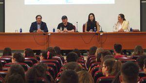 El escritor Blue Jeans frente a sus seguidores, en un Centro Aguirre abarrotado de adolescentes rendidos a su talento