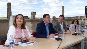 Literatura y patrimonio se dan la mano en Segóbriga con el encuentro del escritor Javier Sierra con lectores