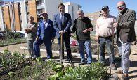 Mariscal visita los huertos de ocio del barrio de Villa Román en su noveno año de existencia