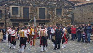 José Manuel Latre asiste a las Danzas y Bailes de la Octava del Corpus en Valverde de los Arroyos