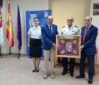 La Diputación de Guadalajara hace entrega de un banderín bordado a la Policía Nacional en señal de reconocimiento por su labor