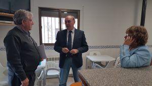 Latre visita el Centro Social de Baños de Tajo remodelado gracias a una ayuda de la Diputación tras quemarse en un incendio