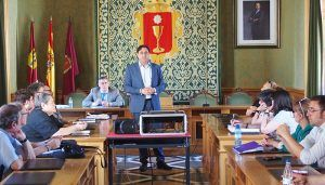 Mariscal se reúne con vecinos, empresarios, autónomos y  asociaciones del Casco Antiguo de Cuenca
