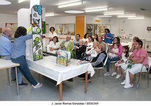 Mayores y pequeños del Hospital de Guadalajara disfrutan de un espectáculo de títeres con los que la DGT divierte enseñando Educación Vial