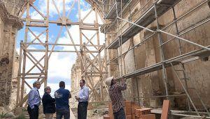 Prieto ve con satisfacción el inicio de la rehabilitación de la antigua iglesia de San Bartolomé de Moya