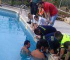 Trasladado al hospital un niño al que se le quedó el brazo atrapado en el filtro de una piscina de Horche