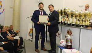 La Federación de Fútbol premia al árbitro de Guadalajara por salvarle la vida a un joven de 14 años