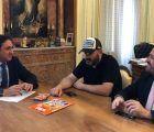 Mariscal recibe al director Juanra Fernández que ha comenzado el rodaje de su nueva película, 'Rocambola'