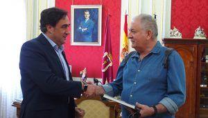 Mariscal recibe al guionista cinematográfico Claro García, invitado del Festival de Cortometrajes FICCIón-20