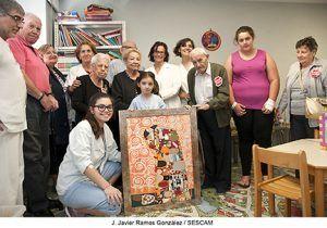 Emotivo regalo de los niños ingresados en la planta de Pediatría del Hospital de Guadalajara a los mayores de la Unidad de Día de Geriatría