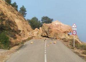 Espectacular desprendimiento de una roca en las proximidades de Cuevas de Velasco