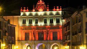 La fachada del Ayuntamiento de Cuenca y las Casas Colgadas se iluminarán con los colores de la Bandera de España