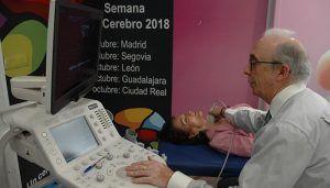 Neurólogos del Hospital dan a conocer a los vecinos de Guadalajara su salud cerebral y cómo cuidarla gracias al 'Autobús del Cerebro'