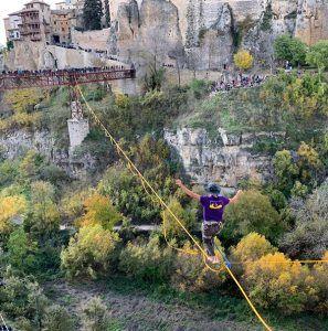 Cientos de conquenses y visitantes disfrutan con los ejercicios de equilibrio de Kevin Vega en la Hoz del Huécar