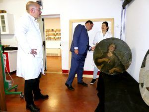 Diputación de Cuenca acometerá la restauración de cuatro lienzos circulares del siglo XVIII de la iglesia de Iniesta