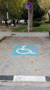 El Ayuntamiento de Cuenca elimina la tarjeta verde y permite que todos los conductores con movilidad reducida reconocida puedan aparcar en zona azul sin ser multados
