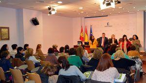 El Gobierno regional forma a 90 profesionales de las viviendas de mayores de Cuenca con objeto de continuar mejorando el servicio