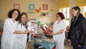 La futbolista conquense Paula Sanz dona un lote de juguetes al Servicio de Pediatría del Hospital Virgen de la Luz