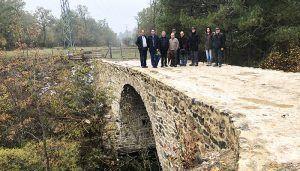 Prieto comprueba con satisfacción el buen desarrollo de las obras de rehabilitación del Puente Almagrero de Huélamo