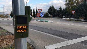 Un nuevo semáforo en la CM-1007 mejora ya la seguridad del acceso peatonal por la calle Benalaque de Cabanillas