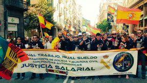 Una veintena de familiares y agentes conquenses de JUSAPOL reclaman en Barcelona la equiparación salarial
