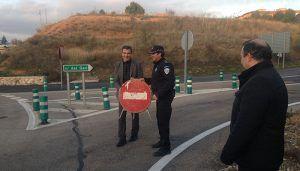 Antonio Román procede a la apertura de la calle del GEO