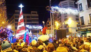 El encendido de las luces de la Navidad reúne en la Plaza de la Constitución a cientos de conquenses