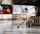 Huawei inaugura junto a Javier Fernández una pista de hielo solidaria en el centro financiero de Madrid