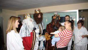 El Hospital Virgen de la Luz de Cuenca recibe un año más a los Reyes Magos de Oriente repartiendo regalos e ilusión