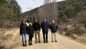 Junta y Diputación invierten 151.000 euros en la mejora de siete caminos en Cañete, La Huérguina, Salinas del Manzano y Tejadillos