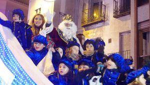Los Reyes Magos reparten a los niños conquenses caramelos, alegría y fantasía en una Cabalgata mágica