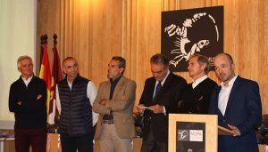 Nacho Villanueva y los exfutbolistas del Real Madrid reparten en el Museo Paleontológico de Castilla-La Mancha balones, medallas e ilusión