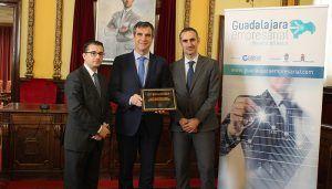 """Antonio Román recibe la placa conmemorativa """"Invest in cities"""""""